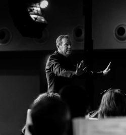 Javier Comenge dirigiendo a la Banda Municipal de Ejea de los Caballeros en el concierto homenaje a NinoBravo