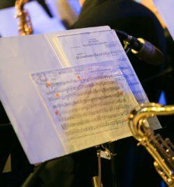 Partitura de saxofón en el concierto homenaje a Nino Bravo