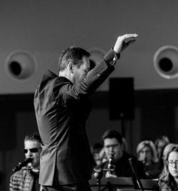 Javier Comenge dirigiendo a la Banda Municipal de Ejea