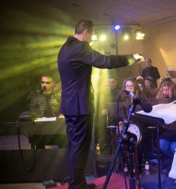 Javier Comenge, director, director banda ejea, Serafín Zubirí, cantante, pianista, concierto, Ejea de los Caballeros, b/n