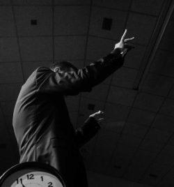 Javier Comenge dirigiendo a la Banda Municipal de Ejea de los Caballeros en el concierto homenaje a Nino Bravo